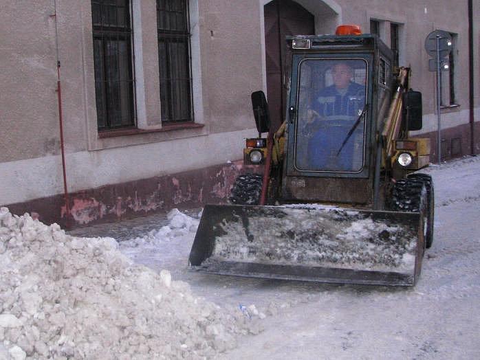 Se sněhem pomáhala těžká technika