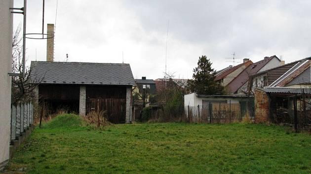 Mezi domy má vyrůst bytový dům