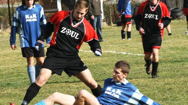 V dohrávce III. A třídy bránil míč na zemi týnecký Lukáš Kaňka před miličínským Sochůrkem.