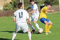 Jakub Trpišovský (ve žlutém) rozhodl dvěma góly o vítězství Poříčí v Tuchlovicích.