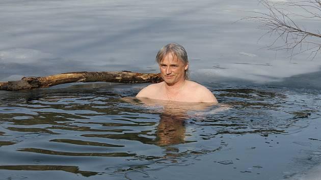 Vladimír ze Smilkova našel také odvahu se ponořit do ledové vody miličínského lomu.