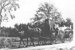 Archivní snímky prozrazují, jak vystěhování lidí z Neveklovska vypadalo.