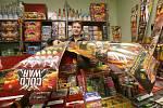 Prodejce pyrotechniky v kamenném obchodě. Ilustrační foto.