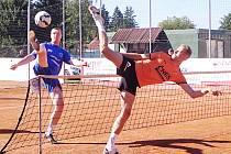 V souboji dvoumetrových dlouhánů předčil výsledkově žateckého Michala Pecinu benešovský Jiří Doubrava (vpravo).