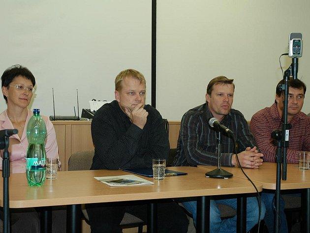 Zastupitelé Týnce (na snímku zleva Hana Váňová, Martin Kadrnožka, Petr Korbel a Pavel Korec) schválili posunutí začátku jednání na 17 hodinu.