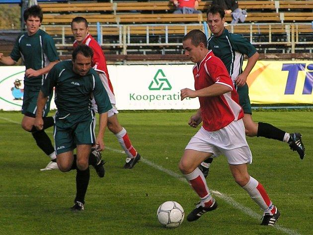 Martin Turek (u míče) vstřelil obě branky Benešova