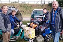 Cestovatelé z jižní Moravy se na svých maloobjemových motocyklech vypravili napříč republikou. Noc na středu 5. srpna 2020 strávili v týneckém Náklí.