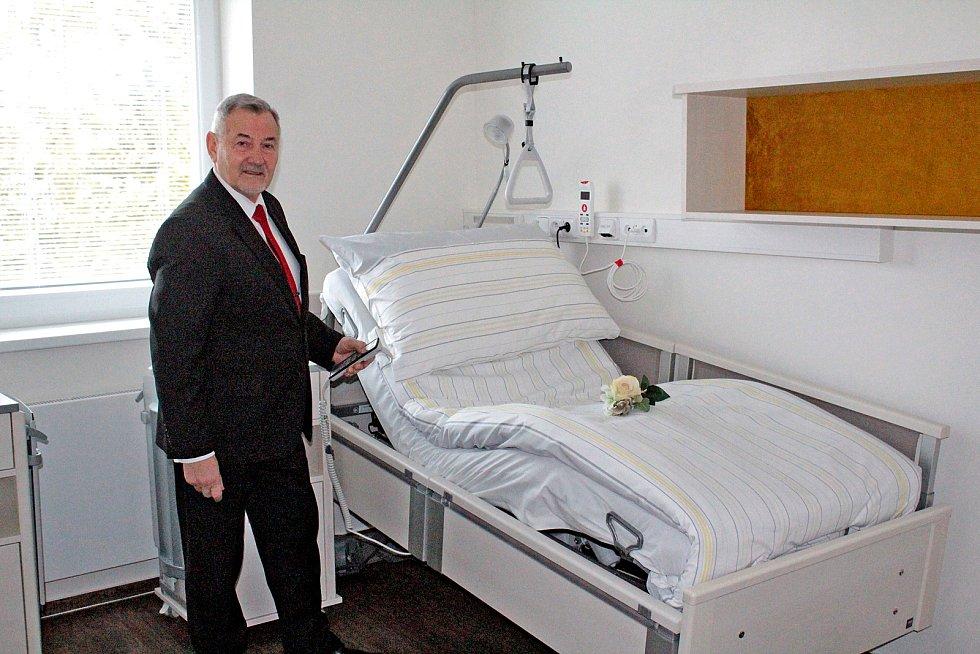V areálu RÚ Kladruby zatím poslední objekt, pro movitější klienty, otevřel ředitel RÚ Josef Hendrych 23. ledna 2020.