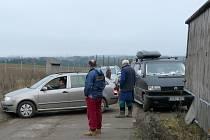 Sedm pracovníků se třemi auty obklíčilo na skládce dovozce nebezpečného odpadu.