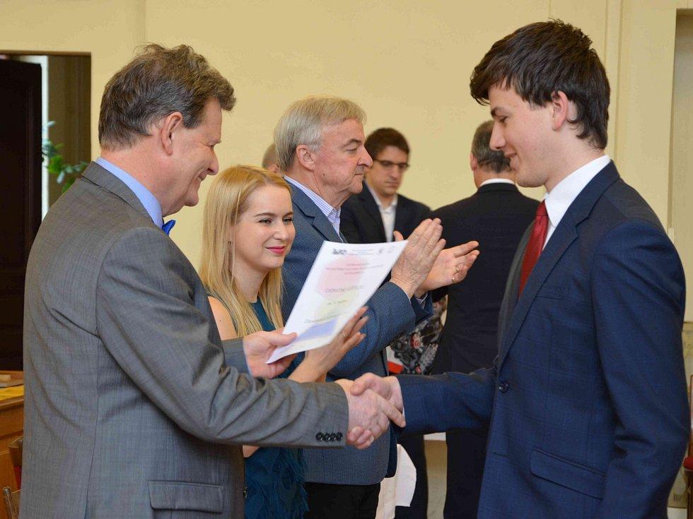 Vyhodnocení ústředního kola 68. ročníku Matematické olympiády vkategoriích A a P mladí programátoři na Gymnáziu v Benešově. Ocenění úspěšným řešitelům předal Jaromír Šimša.