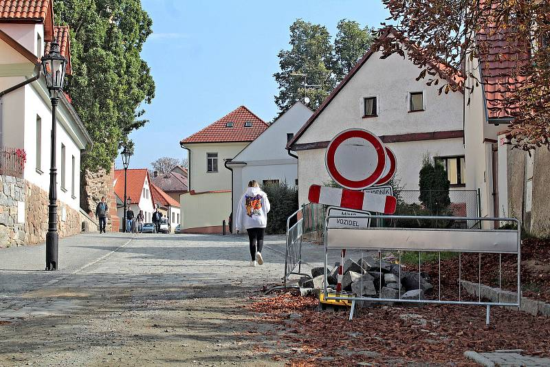 Na opravu povrchu vozovky čeká pro rekonstrukci inženýrských sítí ulice Na Karlově v Benešově.
