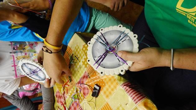 Výroba dárečků z netradičního materiálu zvaného Kumihimo děti moc bavila.