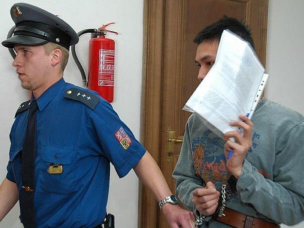 Přijel do Česka vydělat peníze pro manželku a tříletého syna žijící ve Vietnamu, ale neuspěl. Nyní se Nguyen Ngoc Thanh před soudem zpovídá z pokusu trestného činu vraždy