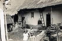 Staré Matouškovo stavení v Petroupimi. Vpopředí děti Marie, Božena a Josef Matouškovi. Kolem roku 1930.