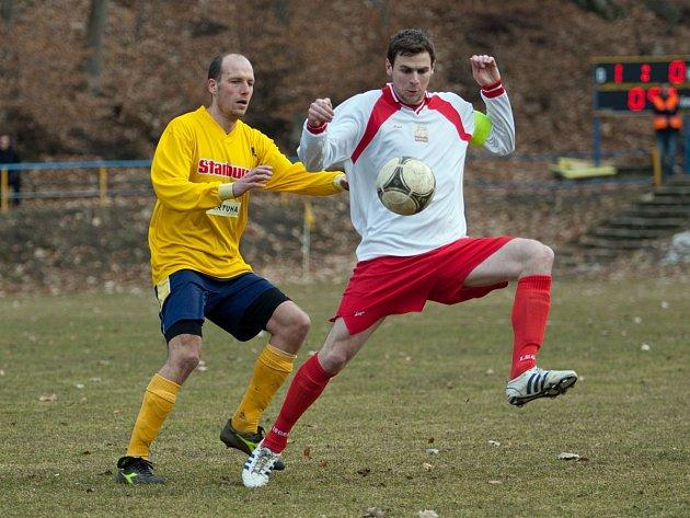 Zdislavický kapitán Tomáš Kubálek si zpracovává míč před poříčským autorem druhé branky Petrem Havlíčkem.