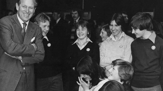 Princ Philip s mladými lidmi.