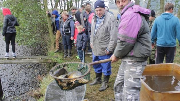 Šebáňovický výlov je tradičně příležitostí pro setkání všech generací stálých obyvatel obce i okolních osad a chalupářů.