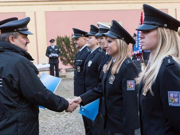 Novým posilám blahopřál na dvoře pražského policejního muzea v úterý středočeský ředitel PČR Václav Kučera.