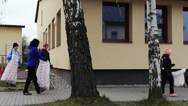 Úklidová brigáda obyvatel Votic.