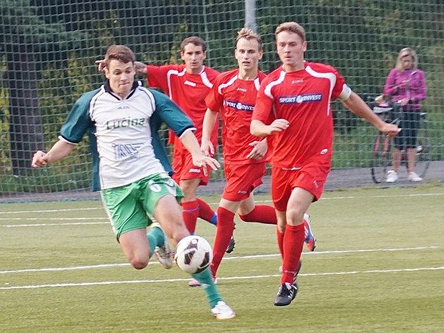Jan Kolář (v červeném) sice dostal Votice se Sedlčany do vedení, jenže hosté vyrovnali, na penalty zvítězili a postoupili v poháru do druhého kola.