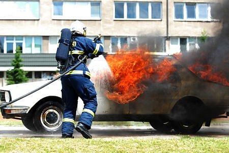 Cvičné hašení automobilu.