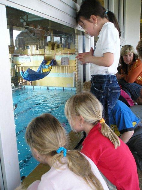 Děti ze sázavské školky jezdí plavat do benešovského bazénu.