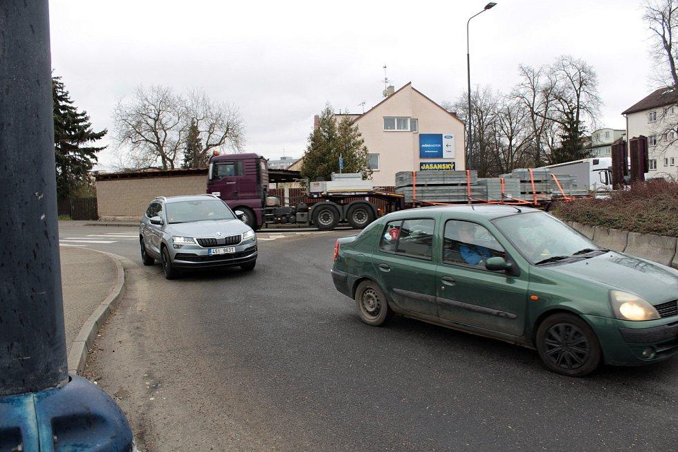 Zvýšená intenzita dopravy v ulicích Benešova kvůli uzavřené silnici I/3.
