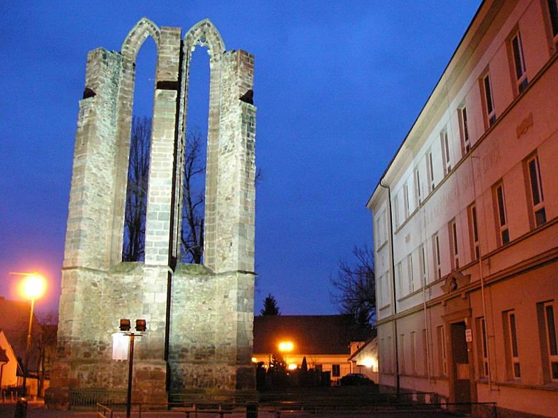 Logo města Benešov vychází z gotického lomeného oblouku vypáleného kláštera Na Karlově. Barevně pak odkazuje na znak, zlatou hvězdu rodu Sternbergů na modrém poli.