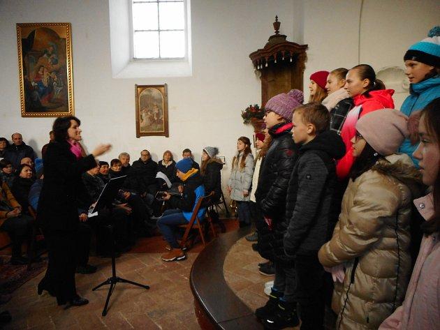 Dětský pěvecký sbor Domu dětí a mládeže Benešov zpíval vkostele sv. Klimenta.
