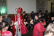 Mikulášská besídka potěšila zdravé i mentálně postižené návštěvníky.