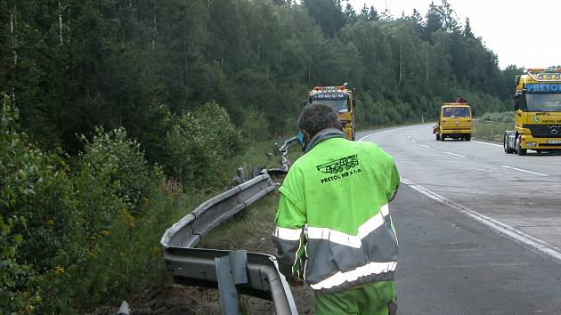 Svodidla na dálnici D1 na 46. km, o něž se otřel  kamion spícího řidiče.