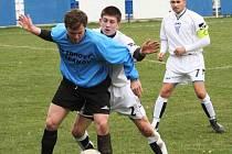 Vlašimský Jiří Kříž (v modrém) si kryje míč před dotírajícím pyšelským Kalošem, přihlíží kapitán Kamil Kulhavý.