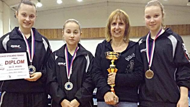 Juniorky Vlašimi se radují pod vedením Dany Bajerové ze stříbrných medailí.