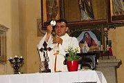 Bohoslužba a žehnání motorovým prostředkům v kostele sv. Jakuba a Filipa na Chvojně.