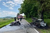Ze srážky auta s motocyklem u Kunic 6. června 2021.