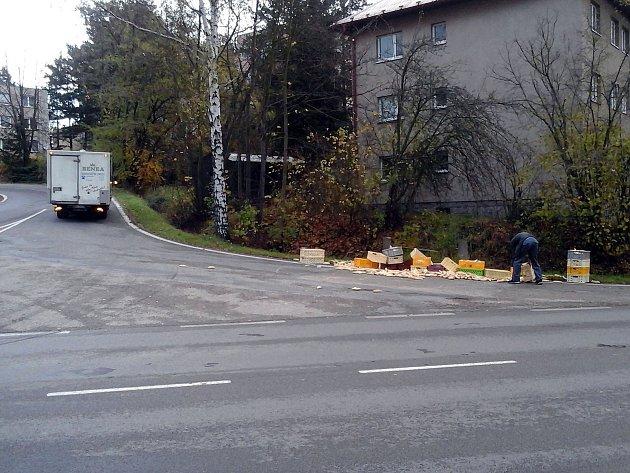 Rohlíky rozsypané v křižovatce na okraji Benešova.