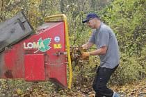 Většinu dne brigádníci likvidovali větve z pokácených stromů.