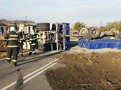 Převrácená souprava zcela zablokovala silnici II/112 u Boliny.