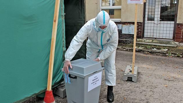 Volební drive-in místo v bývalých Táborských kasárnách v Benešově.