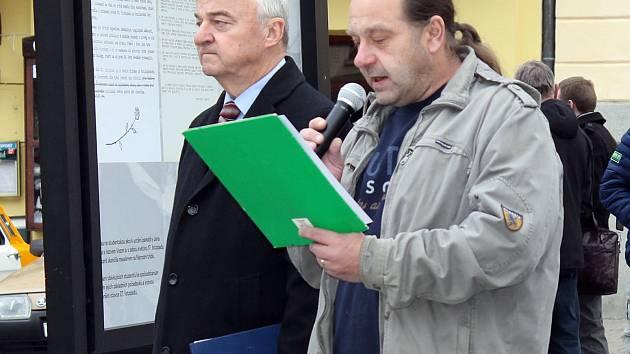 Igor Chromý při projevu k zahájení výstavy Tenkrát před 30 lety na Masarykově náměstí. Vlevo stojí benešovský místostarosta Zdeněk Zahradníček.