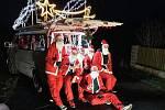 Účastníci vánočního čajování.