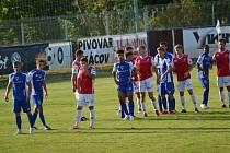 Fotbalisté Vlašimi (v modrém) slaví první výhru v novém ročníku F:NL. DOma porazili Pardubice 2:0.