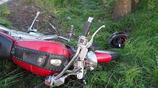 Motorkář havaroval u Dukovan, skončil v nemocnici