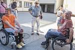 Zraněné hasiče navštívili v RÚ Kladruby jejich kolegové.
