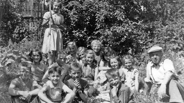 Pro práci dětí se v Ostředku v roce 1963 nejlépe hodila zahrada u školy.