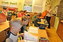 Do benešovské základní školy v Dukelské ulici zamířili v úterý 21. února ráno nejen školáci, ale i rodiče. Ti využili příležitosti zúčastnit se vyučování. Především v prvních třídách.