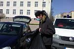 Z přebírání látek pro výrobu roušek na parkovišti v bývalých benešovských Pražských kasárnách.