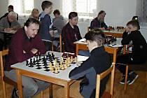 Momentka ze souboje generací v utkání Vlašim D - Stříbrná Skalice B. Věkový průměr domácího celku byl necelých 12 let, naopak u hostů téměř 50 let. Celkově nakonec zkušenosti těsně zvítězily.