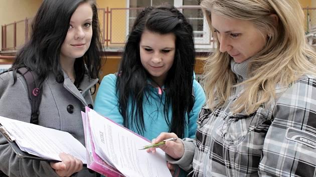 Studentky SZŠ Benešov při shánění podpisů pod petici.