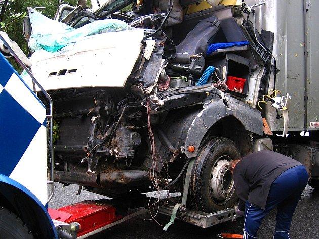 Pracovník odtahové služby upevňuje na speciální zařízení trosky vozidla